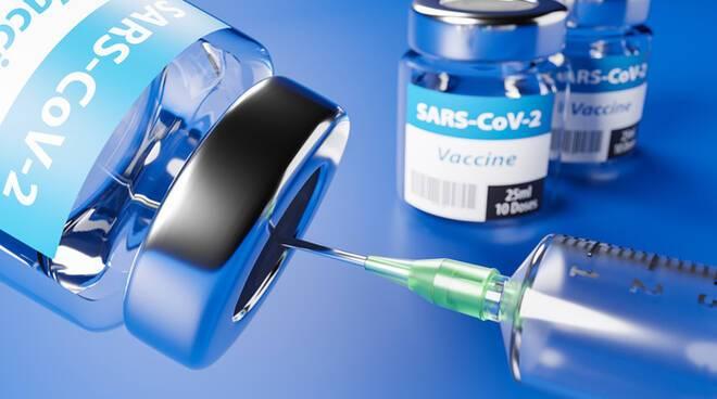 Gli over 80 possono prenotare il vaccino anti-covid in farmacia